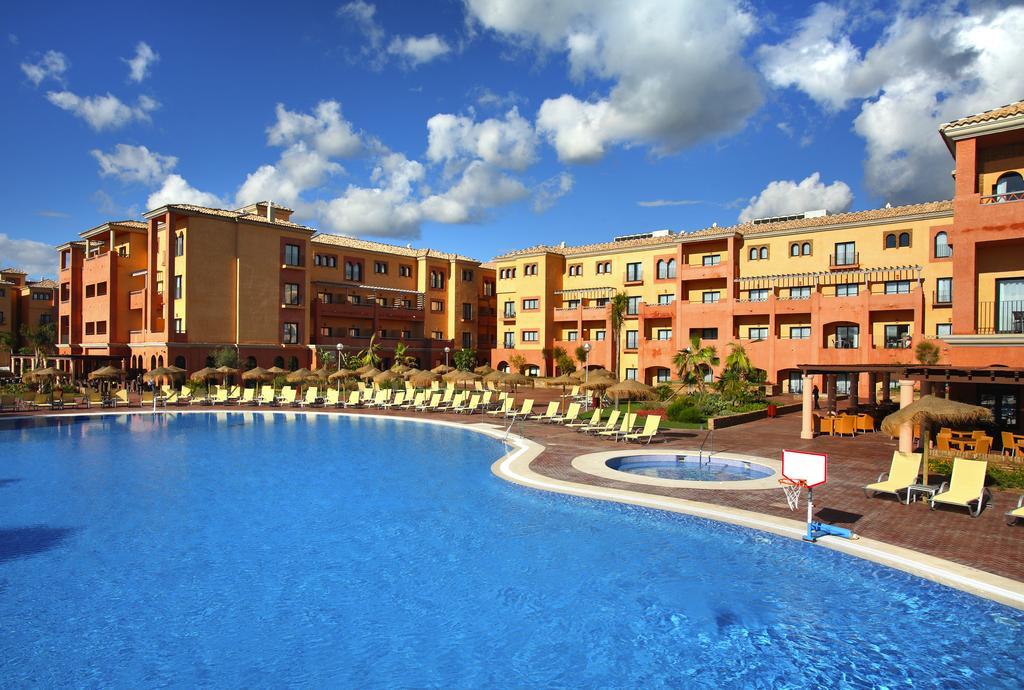 Fachada interna del hotel con la piscina en primer plano