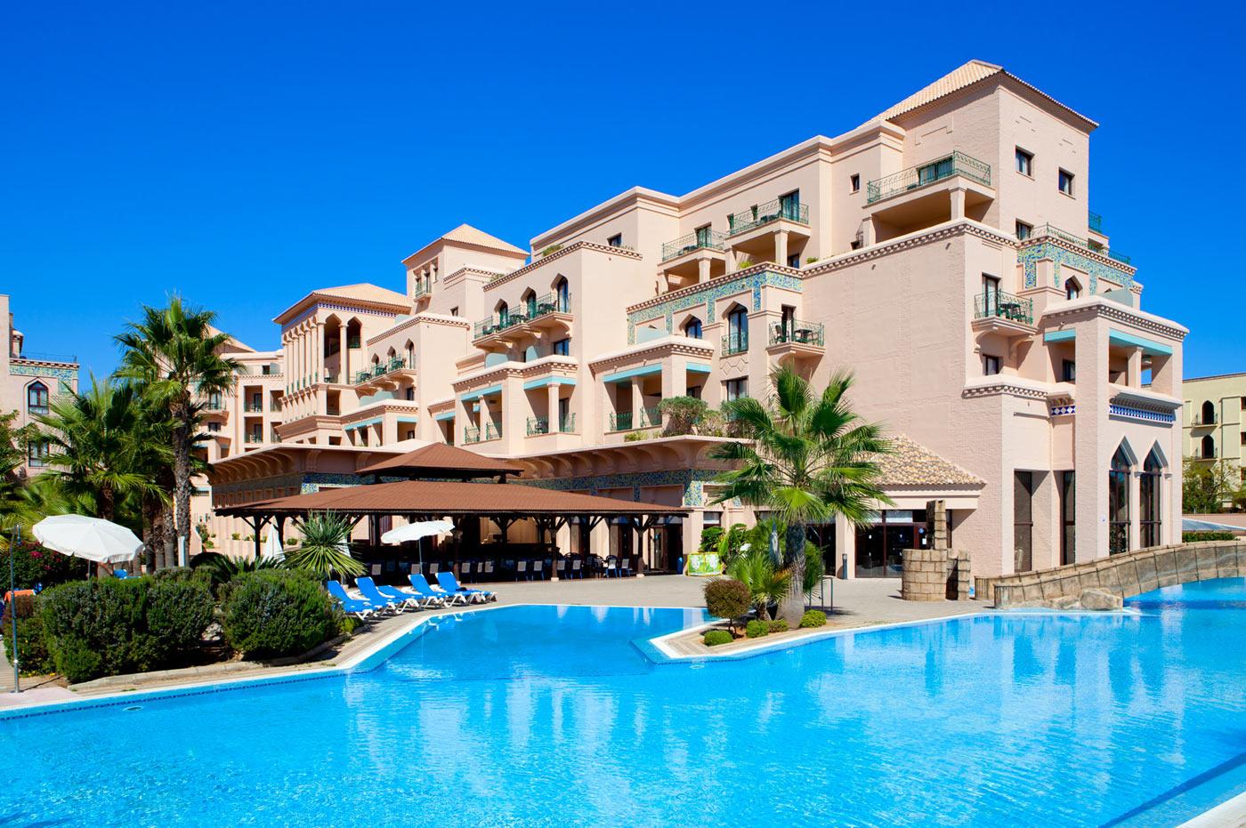 Fachada del hotel junto a la piscina