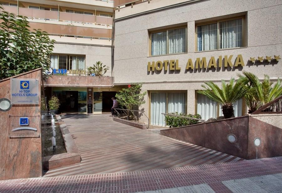 Vista desde la calle de la entrada y fachada del hotel