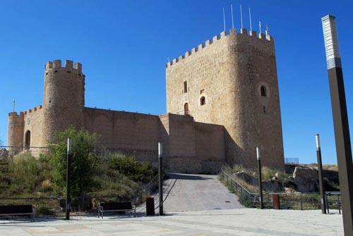 Fortaleza medieval con muralla situada en un alto