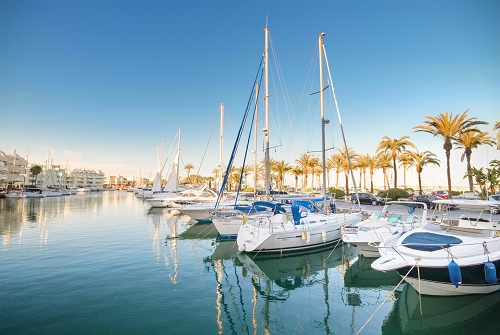 Puerto de Málaga con embarcaciones de vela amarradas