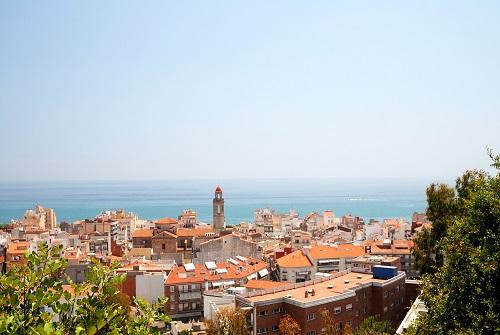 Vista urbana con el mar al fondo