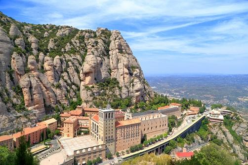 Abadia del Monasterio de Montserrat con el peñon al fondo