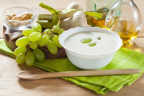 Ajoblanco malagueño con almendras, uvas y aceite de oliva