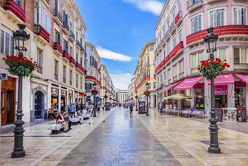 Vista de la calle Larios en Málaga con farolas adornadas con flores
