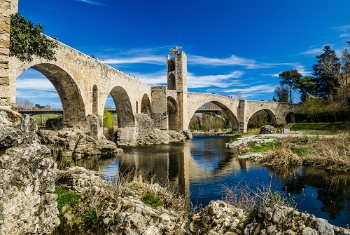 Puente románico con arcos sobre el río