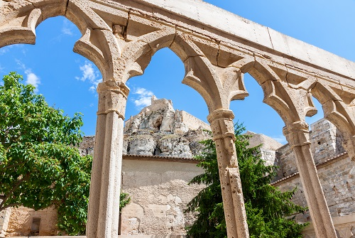 Arcos en ruinas de un antiguo claustro medieval