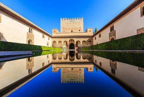 Jardín de la Alhambra con estanque de agua