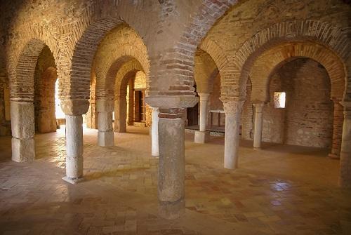 Antigua mezquita con arcos y columnas