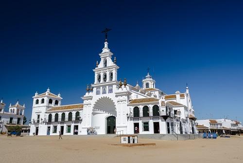Fachada principal del Santuario de Nuestra Señora del Rocío