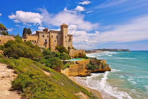 Playa con un castillo junto al mar