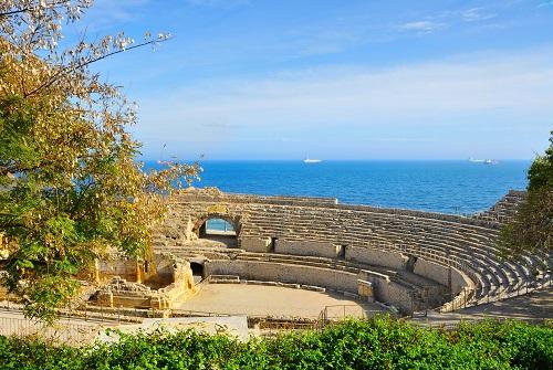 Ruina de un anfiteatro romano junto al mar