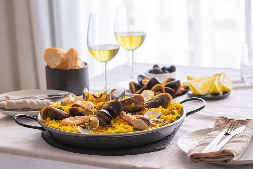 Paella de marisco con gambas, almejas, mejillones.