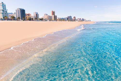 Playa de arena blanca con agua cristalina