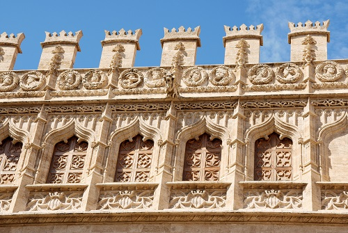 Fachada de edificio gótico con almenas
