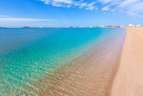 Playa de arena y de agua de azul turquesa y cristalina